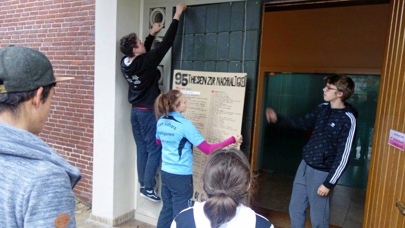 Jugendliche schlagen Thesen zu Nachhaltigkeit an Kirchentür - HarzKurier