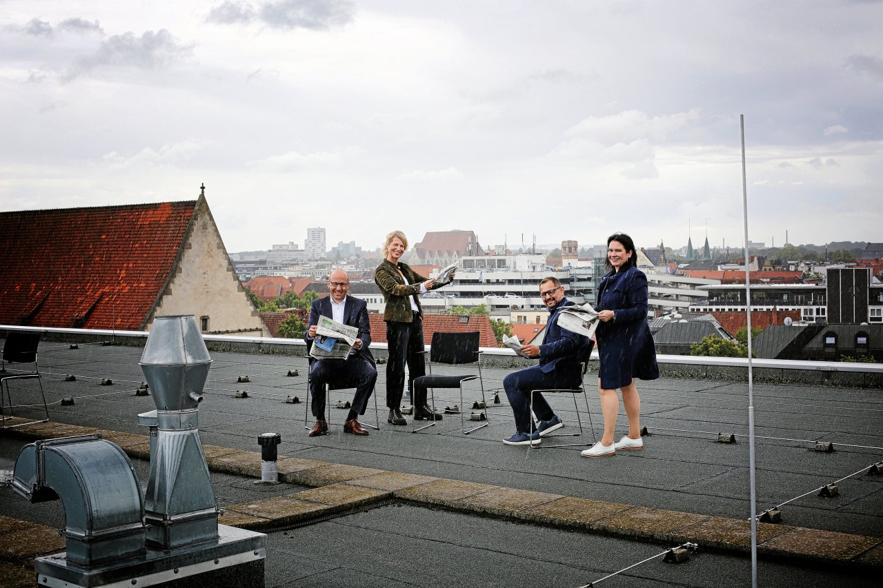 Im Interview über den Dächern der Stadt: Geschäftsführer Claas Schmedtje (von links), Chefredakteurin Kerstin Loehr, Chefredakteur Christian Klose und Verlagsleiterin Nancy Klatt.