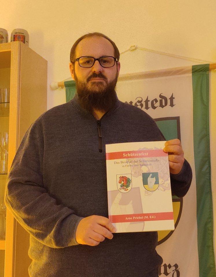 Arne Priebel hat ein Buch über die Geschichte des Förster und Nienstedter Schüttenhoffs geschrieben.