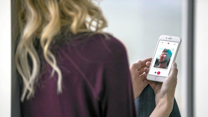 Frau verfolgt mein online-dating-profil